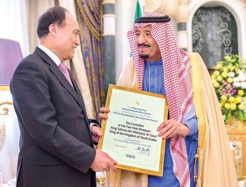 تقديراً لدور المملكة الملك يستلم جائزة تكنولوجيا المعلومات والاتصالات في التنمية المستدامة- اخبار السعودية